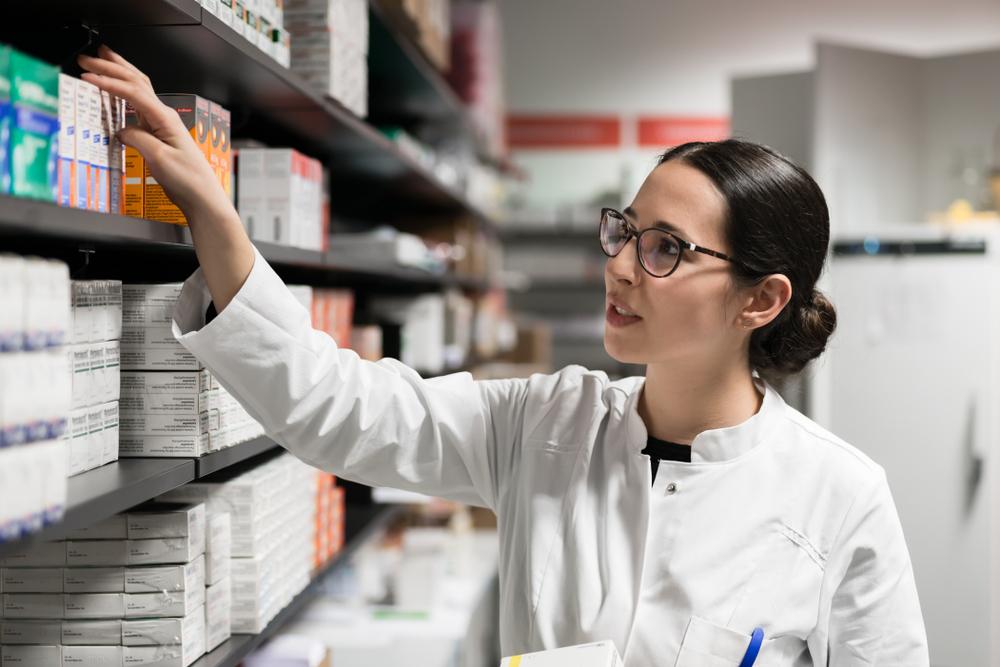 Jovem farmacêutica durante o ofício da profissão