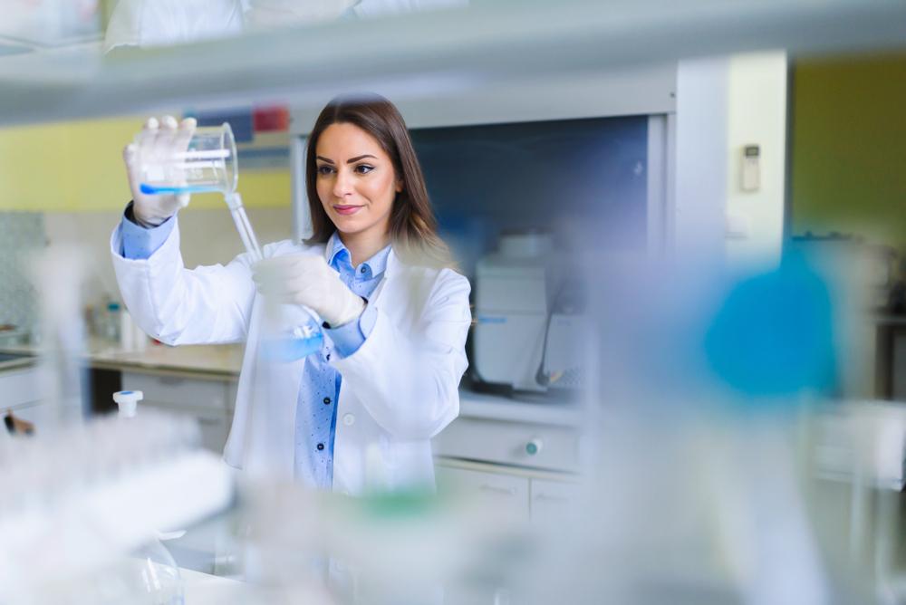 Farmacêutica utilizando-se de materiais da profissão