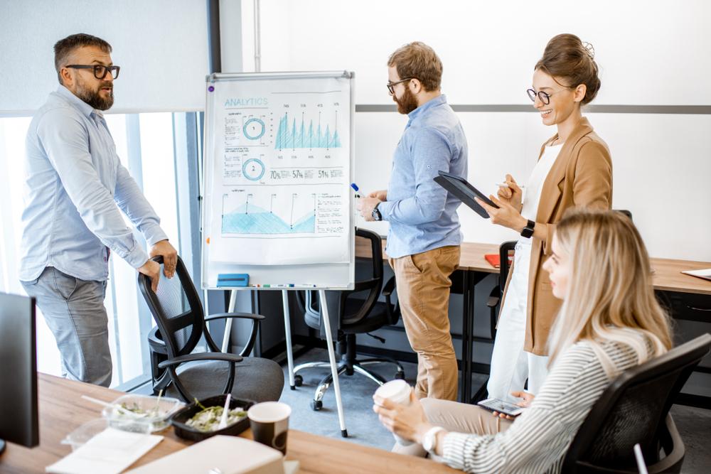 Profissionais de negócios formados em cursos tecnólogos e rapidamente inseridos no mercado de trabalho