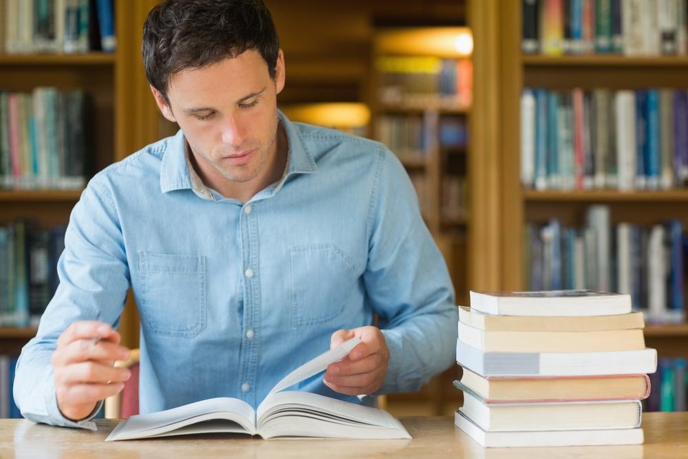 Estudante mais maduro fazendo leituras para um curso de segunda graduação