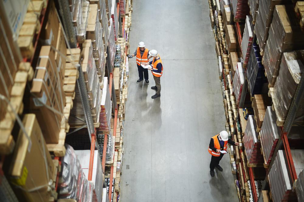 Profissionais de logística em armazém